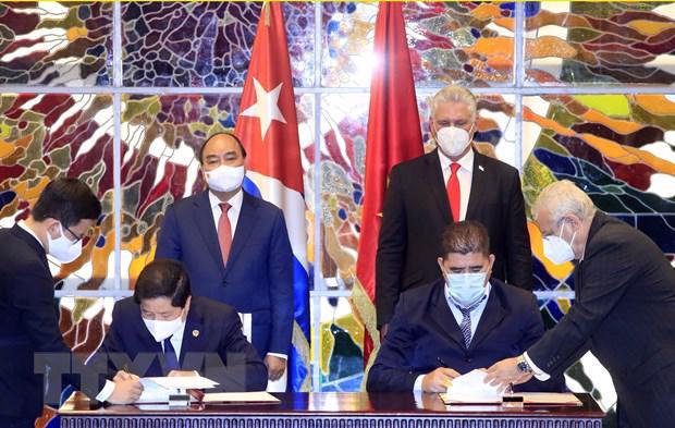 Chủ tịch nước Nguyễn Xuân Phúc và Bí thư thứ nhất Ban Chấp hành Trung ương Đảng Cộng sản Cuba, Chủ tịch Hội đồng Nhà nướcvà Hội đồng Bộ trưởng Cộng hòa Cuba Miguel Diaz Canel chứng kiến Lễ ký kết các văn kiện hợp tác giữa hai nước- Ảnh: TTXVN