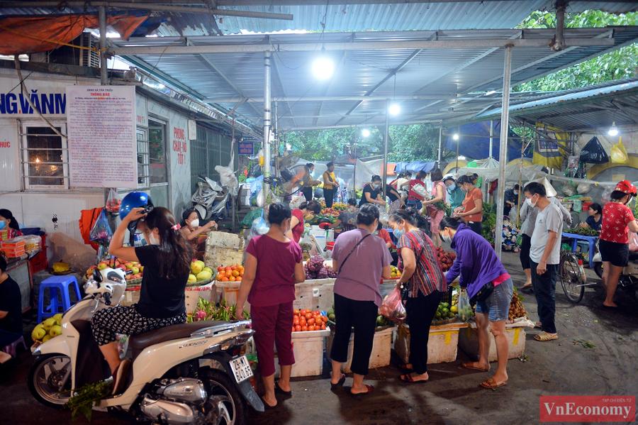 Nới lỏng giãn cách đúng ngày Rằm tháng Tám, chợ dân sinh Hà Nội đông đúc trở lại - Ảnh 2