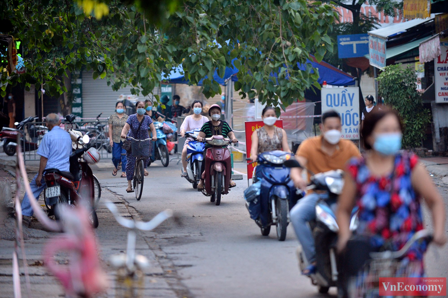 Nới lỏng giãn cách đúng ngày Rằm tháng Tám, chợ dân sinh Hà Nội đông đúc trở lại - Ảnh 7