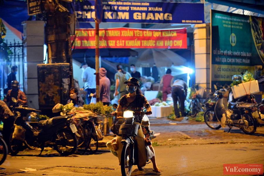 Nới lỏng giãn cách đúng ngày Rằm tháng Tám, chợ dân sinh Hà Nội đông đúc trở lại - Ảnh 4