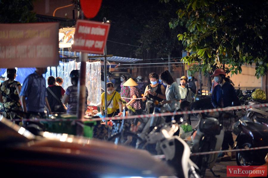 Nới lỏng giãn cách đúng ngày Rằm tháng Tám, chợ dân sinh Hà Nội đông đúc trở lại - Ảnh 5
