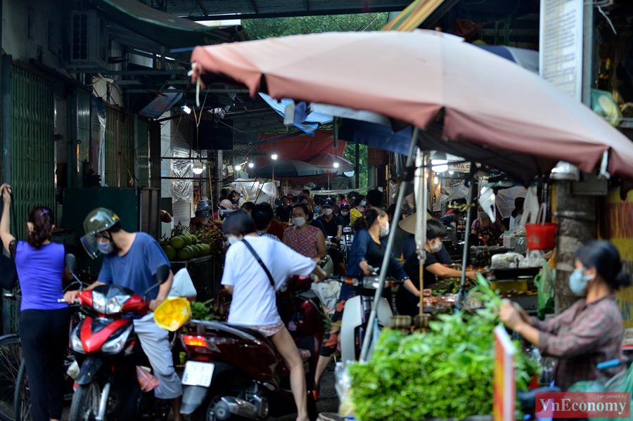 Tại một số khu chợ, khung cảnh sôi động mua bán thậm chí còn dẫn đến hiện tượng ùn tắc cục bộ.