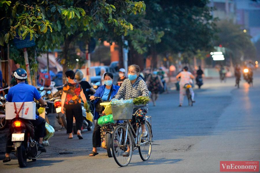 Hà Nội áp dụng Chỉ thị 15, người dân được ra đường, vì thế các khu chợ hôm nay đông hơn những ngày trước rất nhiều. Cả người dân và tiểu thương đều rất phấn chấn khi cuộc sống trở lại bình thường.