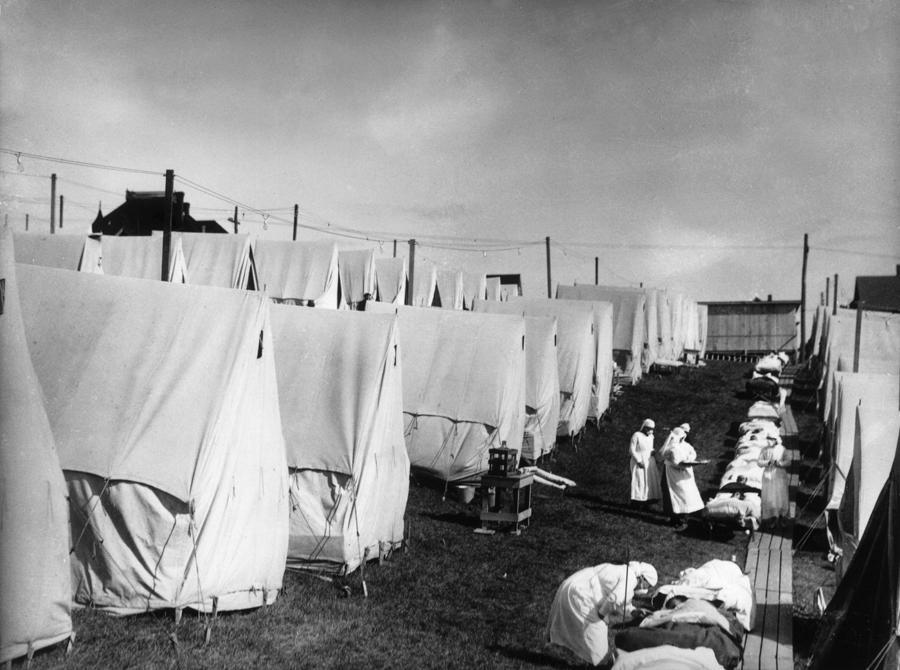 Các y tá chăm sóc bệnh nhân cúm tại một bệnh viện dã chiến ởLawrence, Massachusetts, Mỹ trong đại dịch cúm 2018 - Ảnh: Getty/Bloomberg.