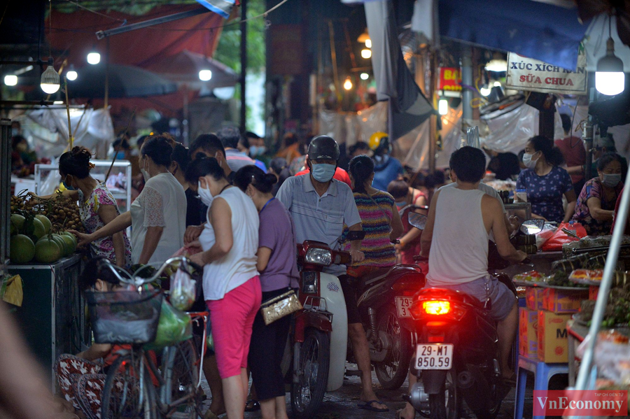 Nới lỏng giãn cách đúng ngày Rằm tháng Tám, chợ dân sinh Hà Nội đông đúc trở lại - Ảnh 1