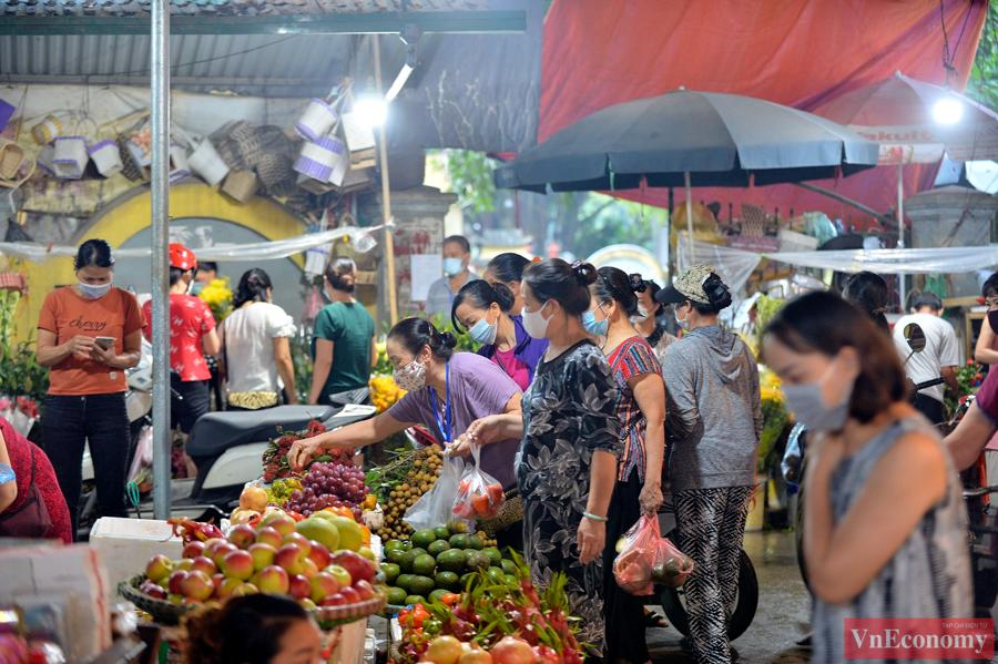 Nới lỏng giãn cách đúng ngày Rằm tháng Tám, chợ dân sinh Hà Nội đông đúc trở lại - Ảnh 3