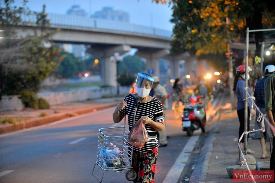 Nới lỏng giãn cách đúng ngày Rằm tháng Tám, chợ dân sinh Hà Nội đông đúc trở lại - Ảnh 6