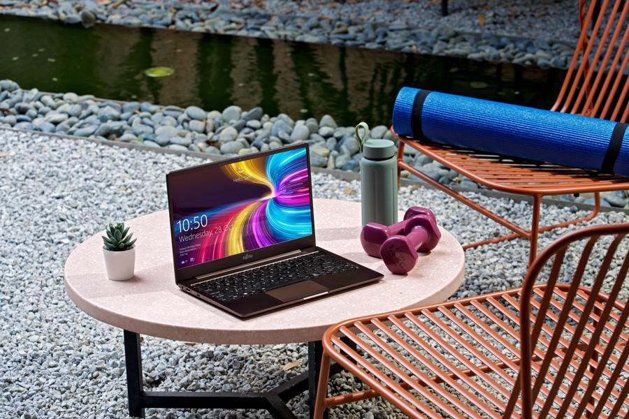 """Fujitsu CH nổi bật với thiết kế mỏng nhẹ, tính cơ động cao, sẵn sàng """"vào guồng"""" mọi lúc, mọi nơi."""