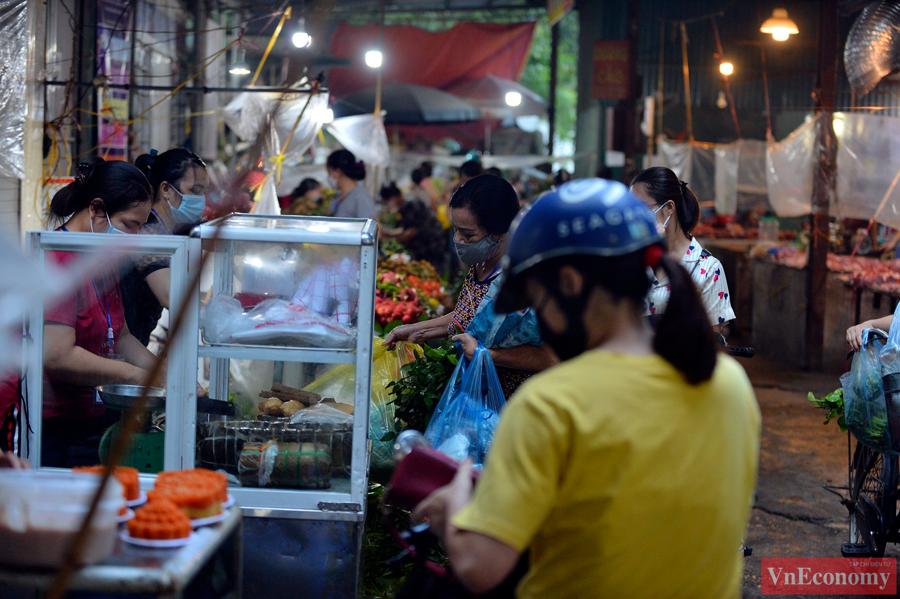 Hôm nay là ngày Rằm tháng Tám, vì vậy những quầy hàng bán hoa quả tươi, giò chả, xôi chè... đều mở cửa sớm để phục vụ người dân mua về cúng lễ.