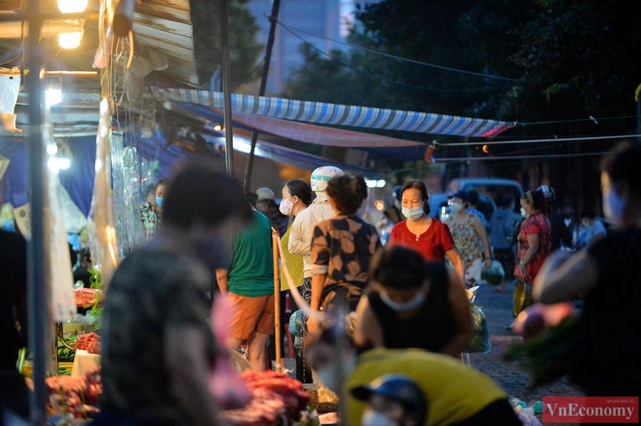Khoảng5h00 sáng cùng ngày, tại khu vực chợ Kim Giang (phường Kim Giang, quận Thanh Xuân) rất đông người dân đã dậy sớm tranh thủ đi chợ.