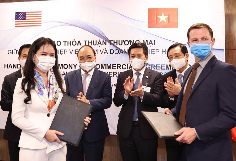 Bà Nguyễn Thị Thanh Bình, Phó Tổng giám đốc T&T Group và ông Ryan Legrand, Chủ tịch, Giám đốc điều hành Hội đồng ngũ cốc Hoa Kỳ trao đổi hợp đồng về nhập khẩu nguyên liệu thức ăn chăn nuôi.