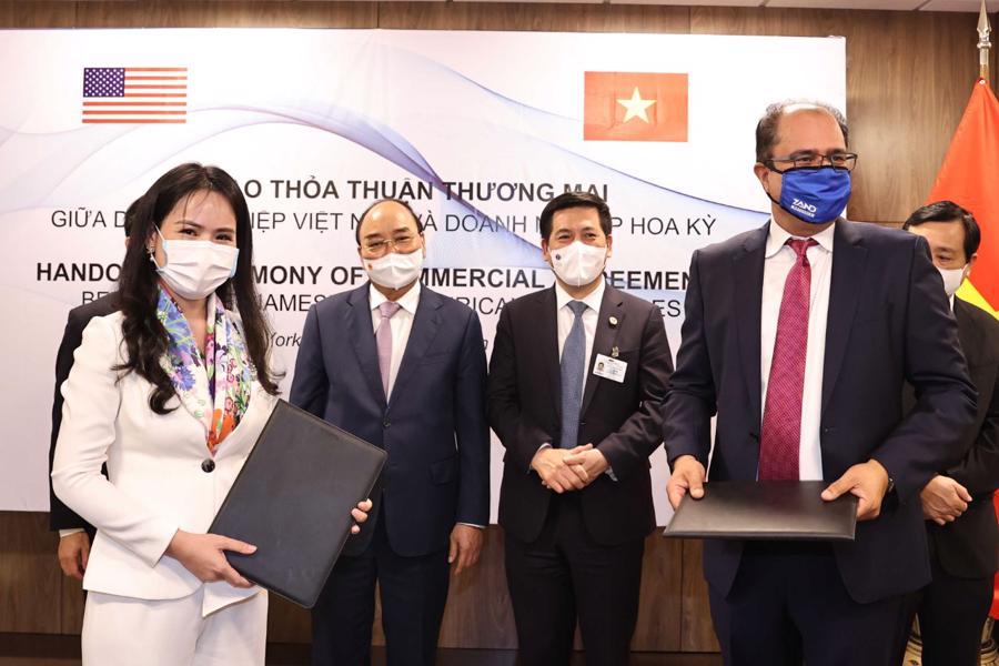 Bà Nguyễn Thị Thanh Bình, Phó Tổng giám đốc T&T Group và ông Sheetal (Monty) Sharma, Giám đốc điều hành Nutraceutical trao đổi hợp đồng phân phối Thực phẩm chức năng tại Việt Nam.