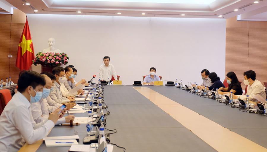 Lãnh đạo Bộ Văn hóa, Thể thao và Du lịch (đứng) thông tin về việc thí điểm đón khách quốc tế tại Phú Quốc.