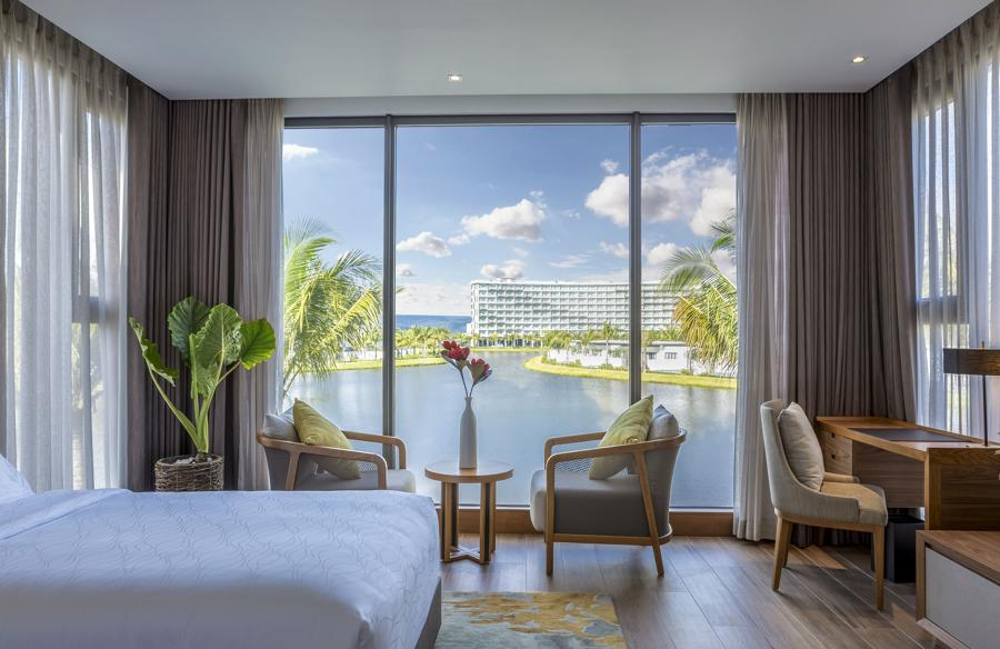 Một góc phòng ngủ view hồ tại biệt thự nghỉ dưỡng Mövenpick Resort Waverly Phú Quốc.