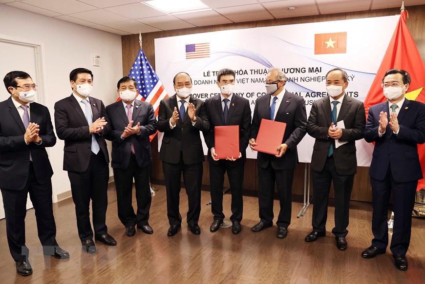 Chủ tịch nước Nguyễn Xuân Phúc và lãnh đạo tập đoàn AES - Ảnh: TTXVN