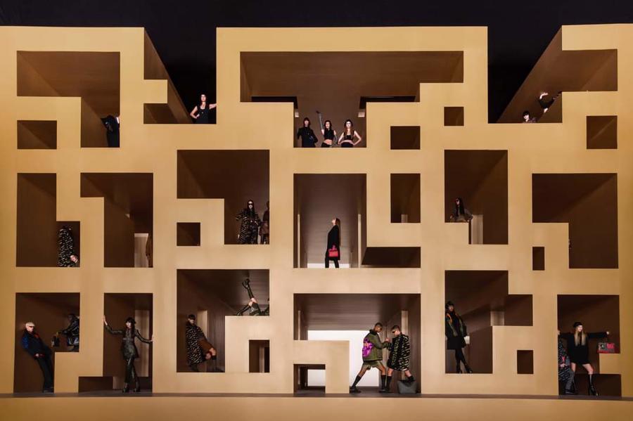 BST thu đông của Versace thanh lịch với hoạ tiết monogram La Greca - Ảnh 1