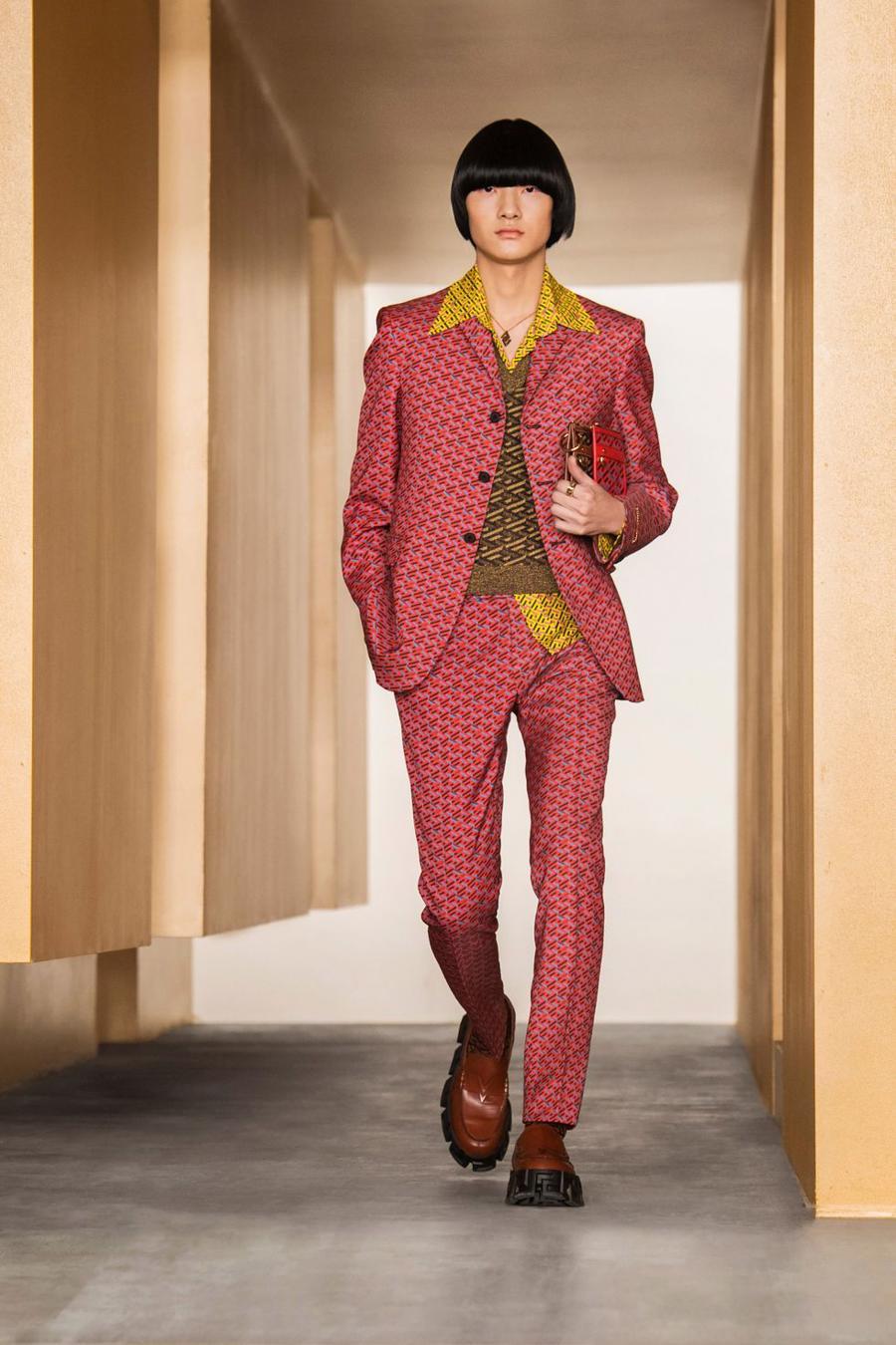 BST thu đông của Versace thanh lịch với hoạ tiết monogram La Greca - Ảnh 2