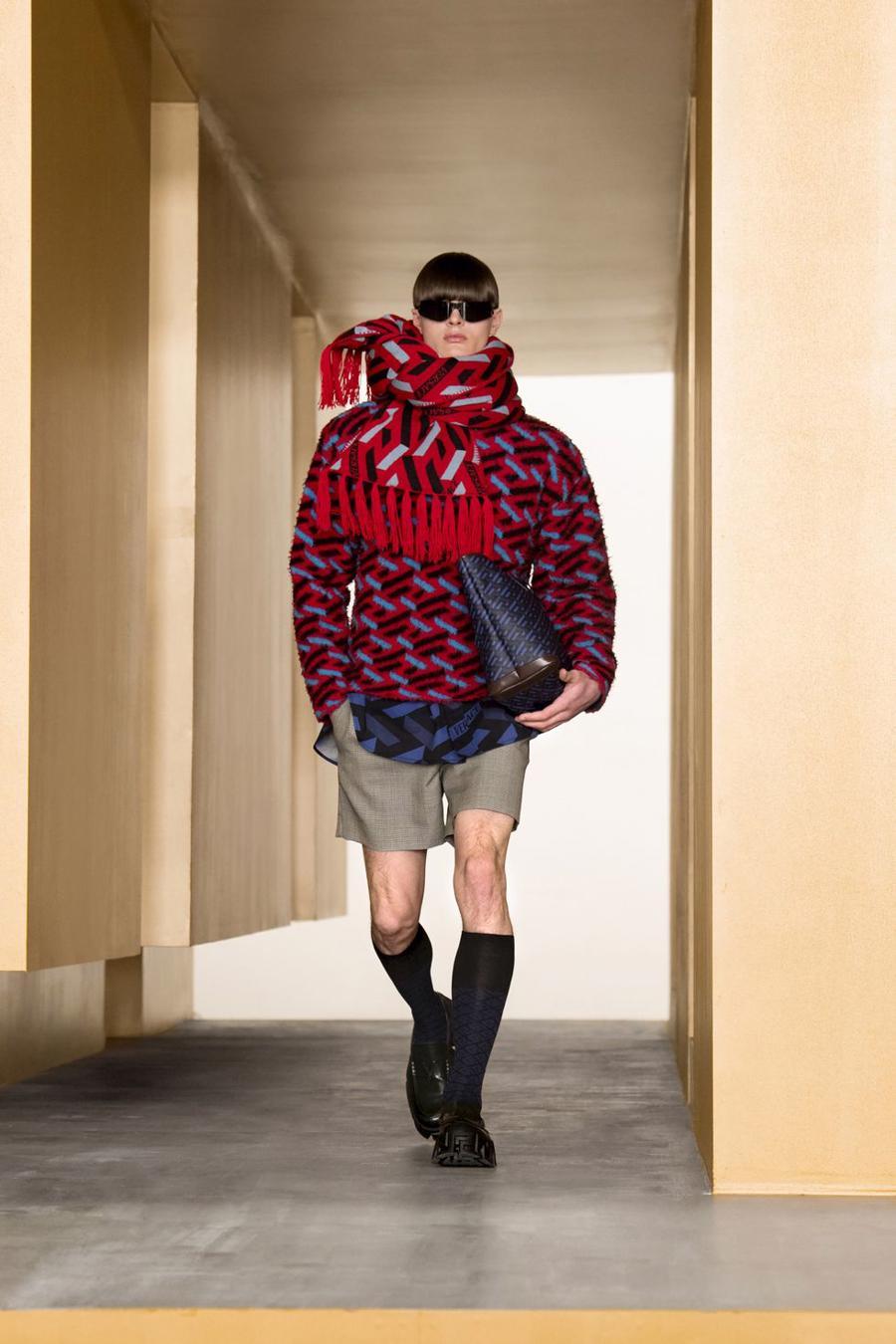 BST thu đông của Versace thanh lịch với hoạ tiết monogram La Greca - Ảnh 3