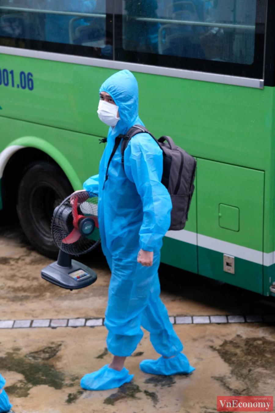 Để đảm bảo an toàn khi di chuyển người dân trở về vẫn mặc quần áo bảo hộ.