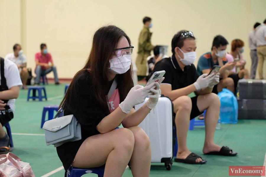 Trong lúc chờ người nhà đến đón, công dân ngõ 328, 330 Nguyễn Trãi được hướng dẫn di chuyển vào bên trong nhà đa năng của Trung tâm Văn hoá - Thông tin và Thể thao quận Thanh Xuân.