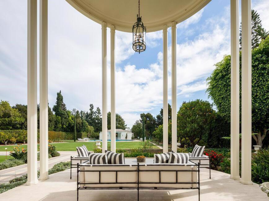 Ngôi nhà được thiết kế vào năm 1936 bởi Paul Revere Williams, kiến trúc sư da màu đã cho ra đời hàng loạt dinh thự cho giới thượng lưu Hollywood.