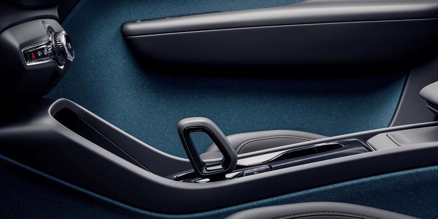 Một cánh cửa bên trong Volvo C40 Recharge làm từ chai PET tái chế.