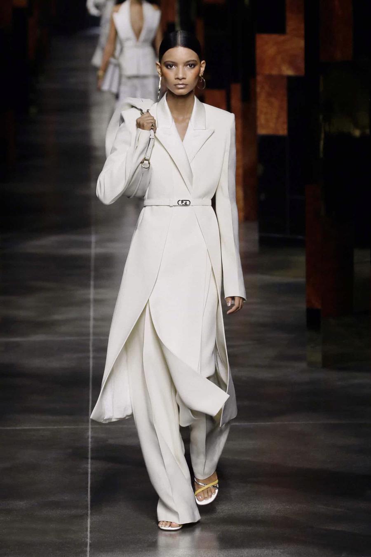BST Xuân Hè 2022 của Fendi: Một ngày của người phụ nữ hậu đại dịch - Ảnh 2