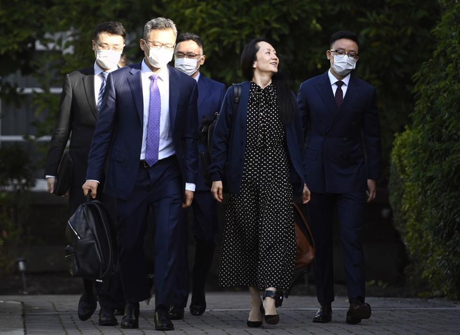 CFO Mạnh Vãn Châu của Huawei rời nhà ở Vancouver, Canada, hôm 24/9 - Ảnh: Bloomberg.
