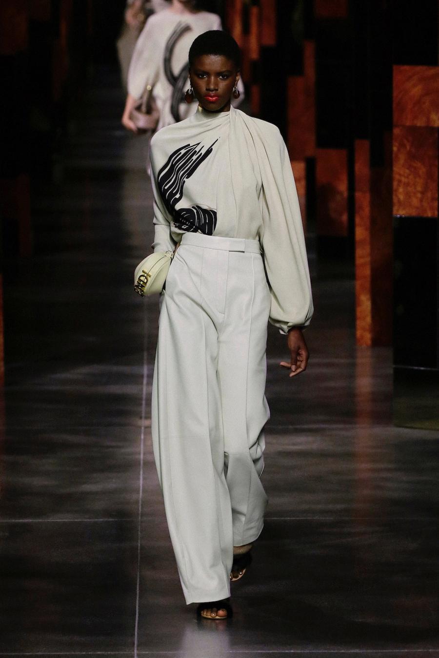 BST Xuân Hè 2022 của Fendi: Một ngày của người phụ nữ hậu đại dịch - Ảnh 7