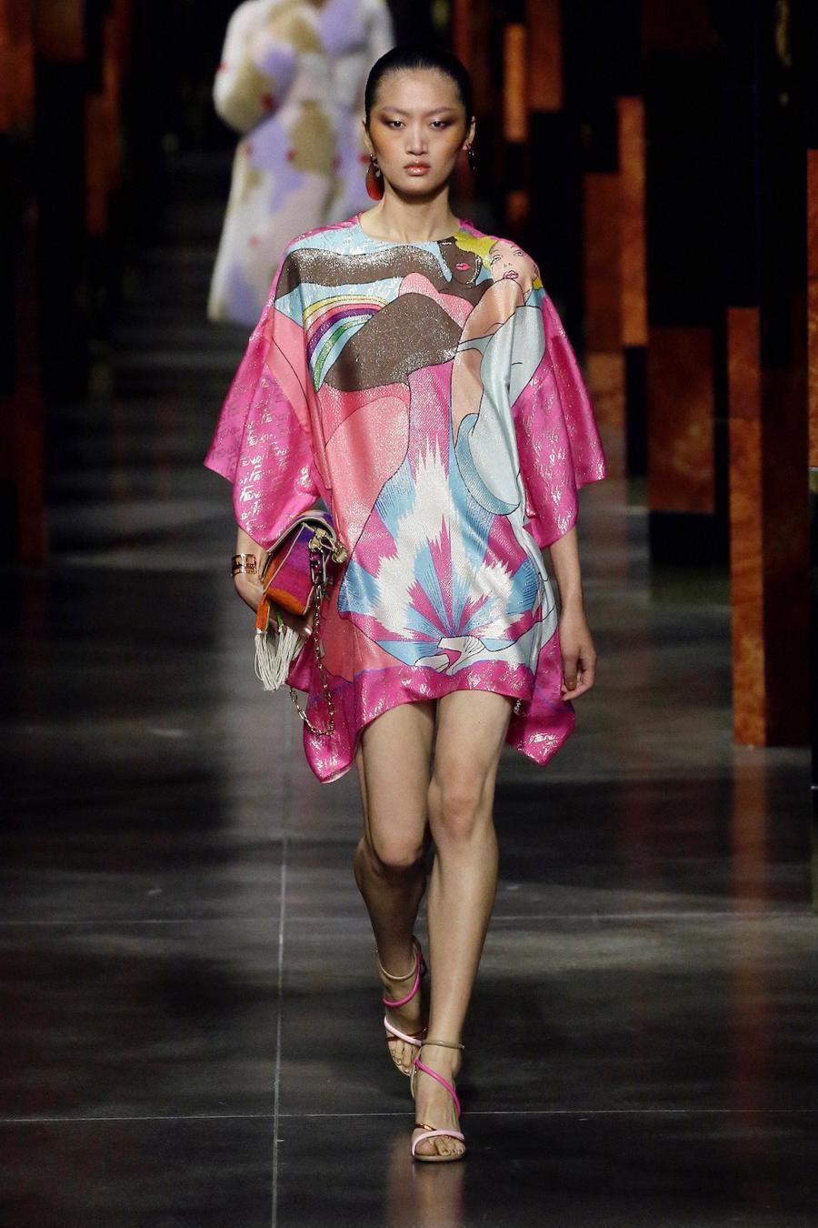 BST Xuân Hè 2022 của Fendi: Một ngày của người phụ nữ hậu đại dịch - Ảnh 18