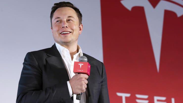 """Elon Musk cho biết thêm trong cuộc họp chung với Chủ tịch John Elkann của Stellantis và Ferrari tại Tuần lễ Công nghệ Italia: """"Tôi nghĩ rằng chúng tôi sẽ có đủ năng lực để cung cấp chip vào năm tới""""."""
