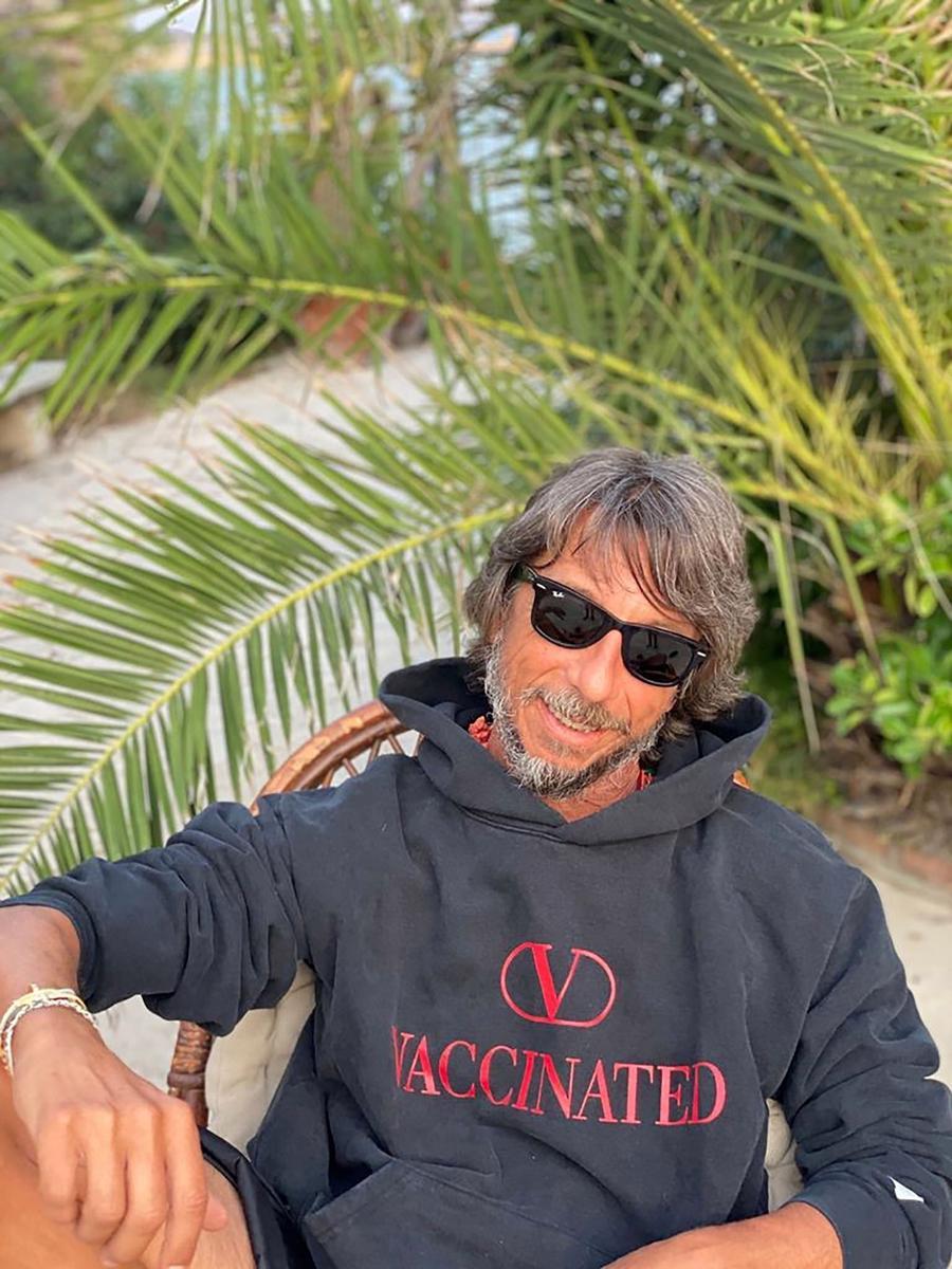 """Giám đốc sáng tạo Pierpaolo Piccioli chụp ảnh với một trong những chiếc áo """"đã tiêm vaccine"""" được sản xuất đầu tiên."""