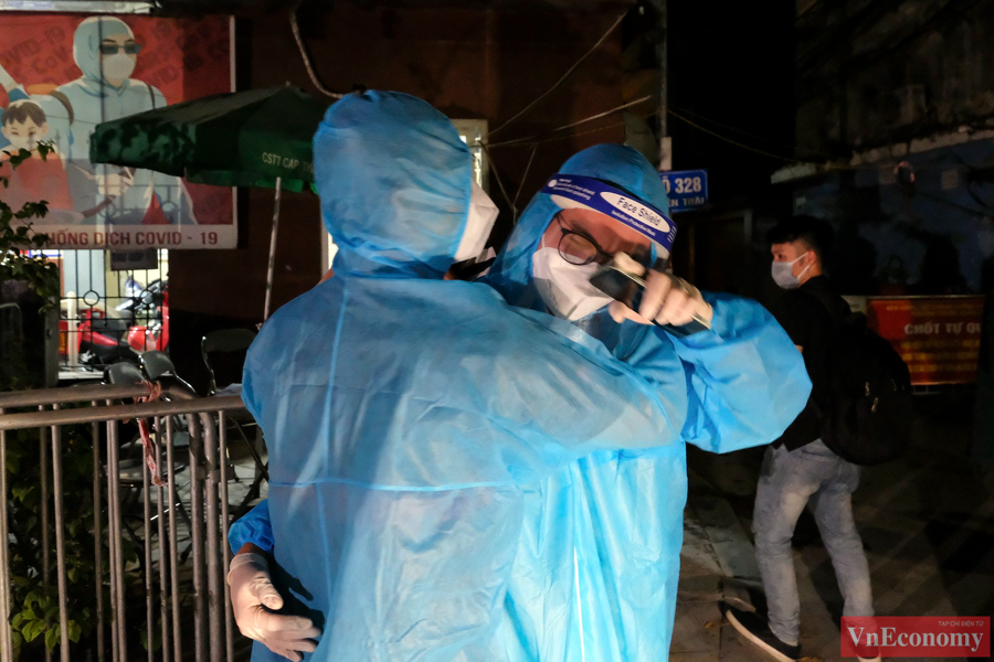 Những cán bộ y tế, tình nguyện viên vỡ òa trong cảm xúc sau khi ngõ 328 - 330 đường Nguyễn Trãi (phường Thanh Xuân Trung, quận Thanh Xuân) được gỡ bỏ cách ly y tế.
