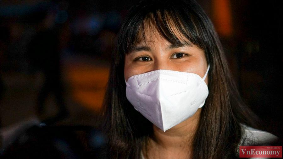 Nhân viên y tế phường Thanh Xuân Trung, những người đãhơn 1 tháng làm việc 24/24h, sinh hoạt tại chỗ vui mừng chờ giây phút gỡ bỏ cách ly, sắp được trở về với gia đình.
