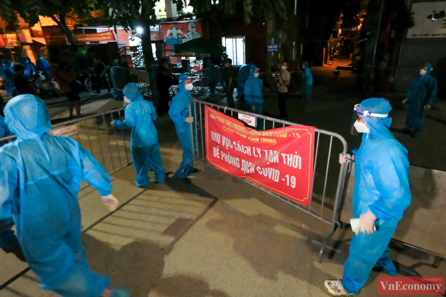 Đúng0h ngày 19/9, hai ngõ 328 và 330 Nguyễn Trãi bắt đầu được dỡ bỏ phong tỏa. Đây là ổ dịch lớn nhất Hà Nội với gần 600 trường hợp F0.