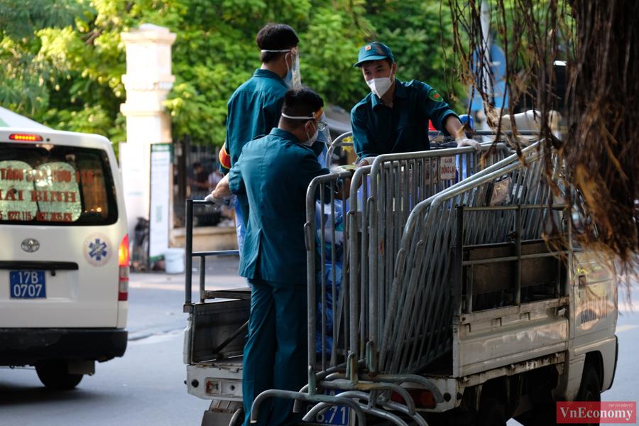 Hà Nội phong tỏa và xét nghiệm 1.400 người tại tòa nhà D Bệnh viện Việt Đức - Ảnh 1