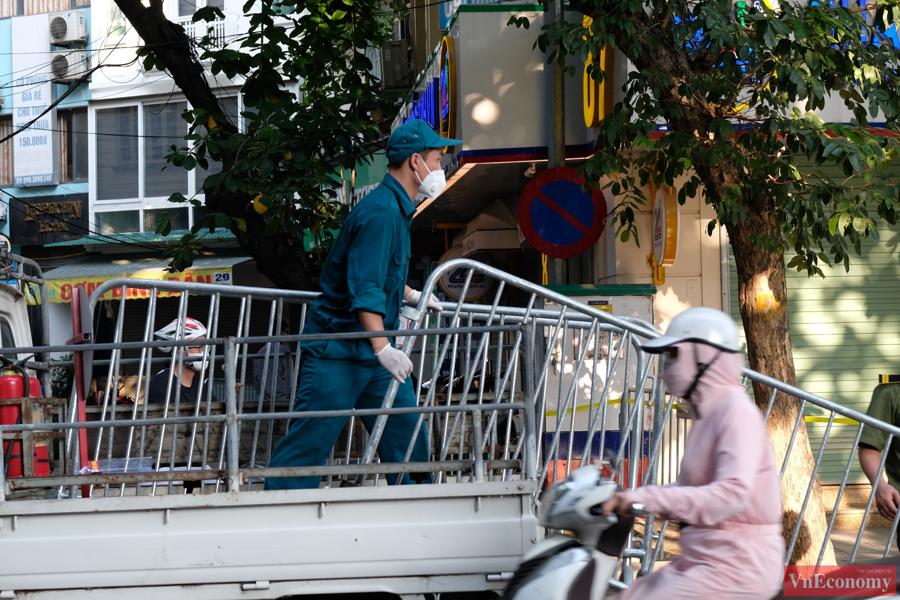 Khoảng16h30 chiều 30/9, cơ quan chức năng đang thực hiện khoanh vùng y tế xung quanh Bệnh viện Việt Đức (Hà Nội).