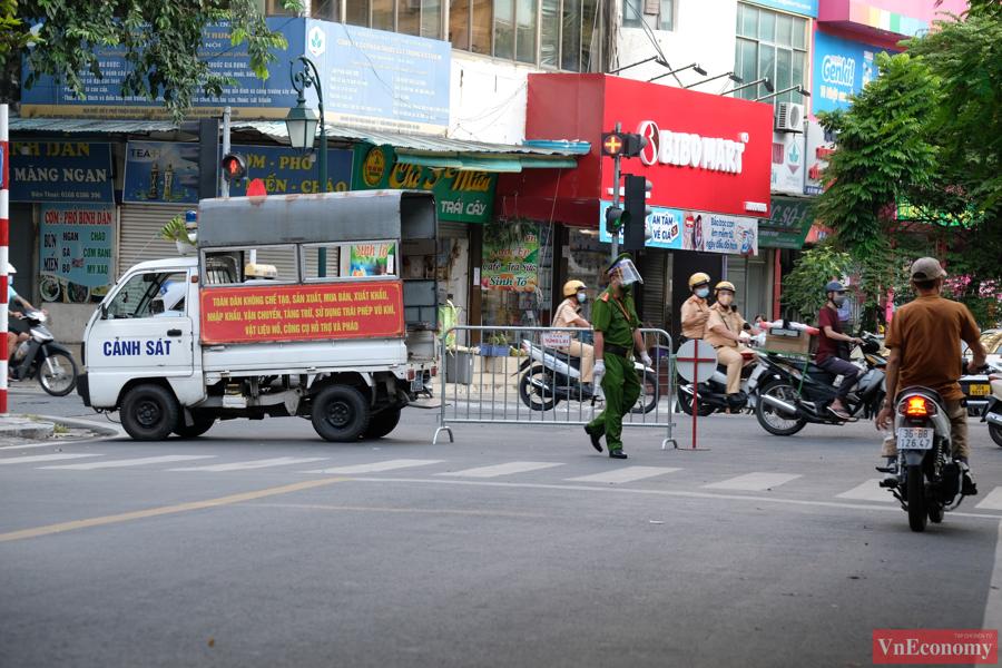 Barie cùng dây cảnh báo được dựng dọc hai bên vỉa hè xung quanh bệnh viện cùng vớirào chắn tại phố Phủ Doãn, trước cổng vào bệnh viện.