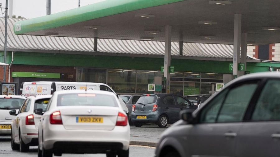 Các phương tiện xếp hàng dài chờ mua xăng ở Anh.