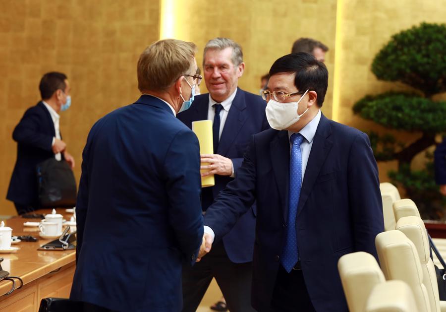 Phó Thủ tướng Phạm Bình Minh trao đổi với đại diện các ngân hàng phát triển.