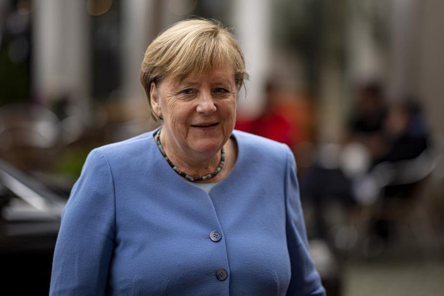 Từng là nhà khoa học, từ năm 2005, bà Angela Merkel trở thành nữ Thủ tướng đầu tiên của Đức. Hiện bà đang trong nhiệm kỳ thứ tư và cũng là nhiệm kỳ cuối cùng của mình. Bà được xem là nữ nguyên thủ quốc gia có sức ảnh hưởng nhất thế giới, đưa nước Đức vượt qua khủng hoảng tài chính và vực dậy tăng trưởng. Với cương vị Thủ tướng, bà Merkel hưởng lương 369.700 USD/năm - Ảnh: DPA