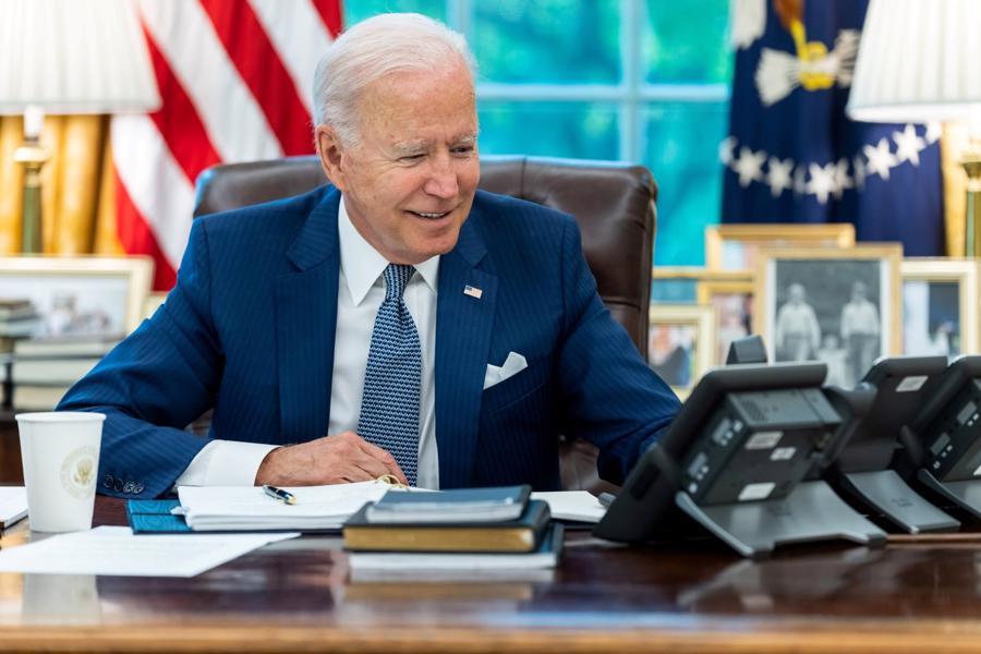 Tổng thống Mỹ Joe Biden nhậm chức vào tháng 1/2021 sau khi đánh bại cựu Tổng thống Donald Trump trong cuộc bầu cử năm 2020. Là người lãnh đạo cường quốc lớn nhất thế giới, ông Biden được trả lương 400.000 USD, là một trong những nguyên thủ quốc gia có mức lương cao nhất thế giới. Tuy nhiên, bản thân ông cũng là một triệu phú. Theo Forbes, ông Biden sở hữu tài sản khoảng 10 triệu USD - Ảnh:Reuters