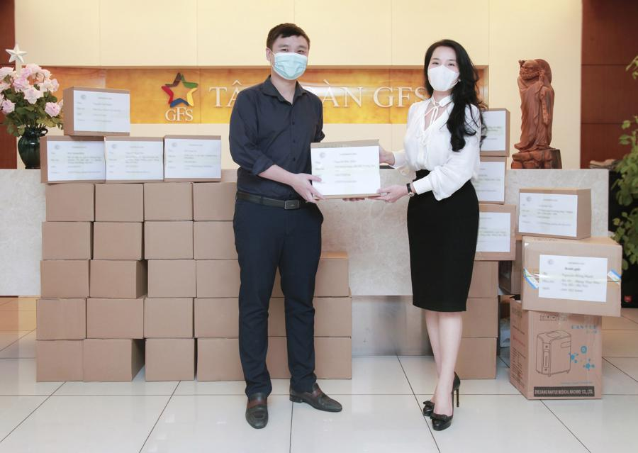 Bà Nguyễn Hồng Hạnh trao tặng thùng thuốc và các trang thiết bị phòng, chống và điều trị bệnh SARS-CoV-2 tới cán bộ nhân viên Tập đoàn GFS.