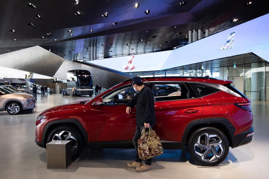 Một khách hàng xem chiếc SUV Hyundai Tucson tại phòng trưng bày của công ty ở Goyang, Hàn Quốc. Ảnh: Bloomberg.