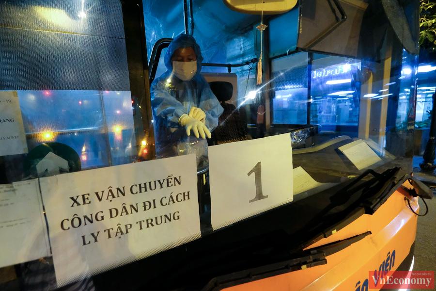 145 F1 tại Bệnh viện Việt Đức được đưa đi cách ly trong đêm - Ảnh 1