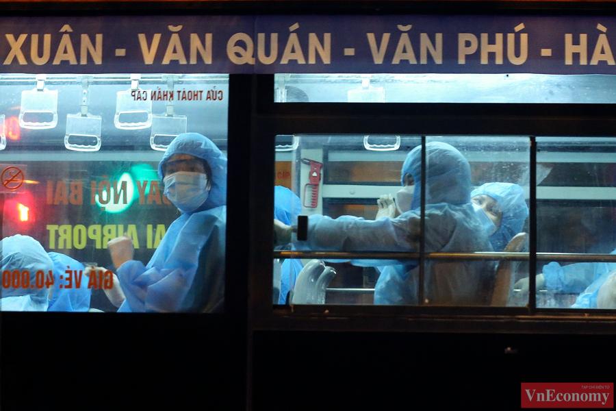 145 F1 tại Bệnh viện Việt Đức được đưa đi cách ly trong đêm - Ảnh 2
