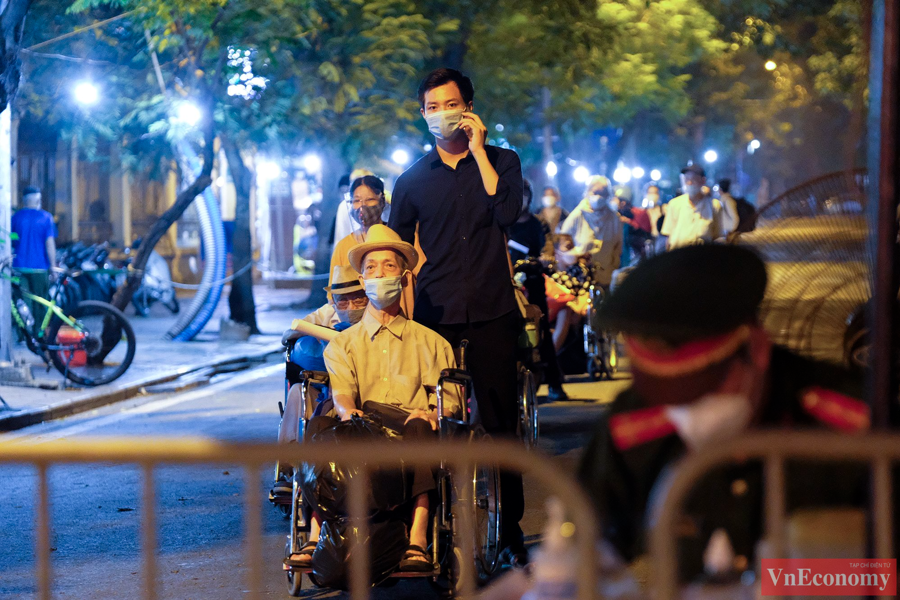 145 F1 tại Bệnh viện Việt Đức được đưa đi cách ly trong đêm - Ảnh 6