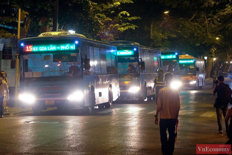 Khoảng 21h30 tối,7 xe buýt 45 chỗ đã được điều động đến cổng Bệnh viện Việt Đức trên phố Phủ Doãn (Hà Nội).