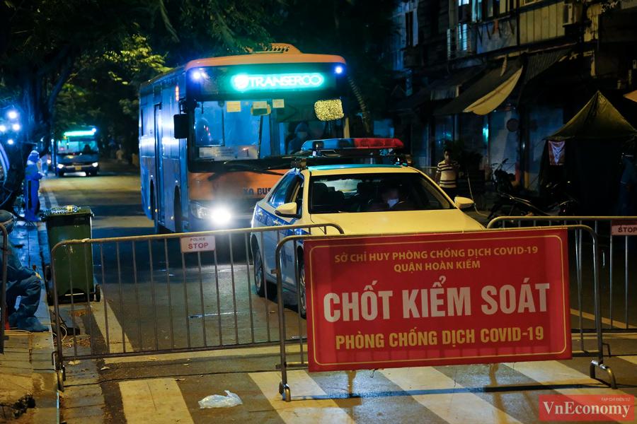 145 F1 tại Bệnh viện Việt Đức được đưa đi cách ly trong đêm - Ảnh 4