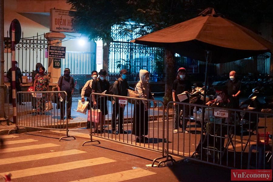 145 F1 tại Bệnh viện Việt Đức được đưa đi cách ly trong đêm - Ảnh 5